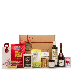 Italian food hamper with traditional products